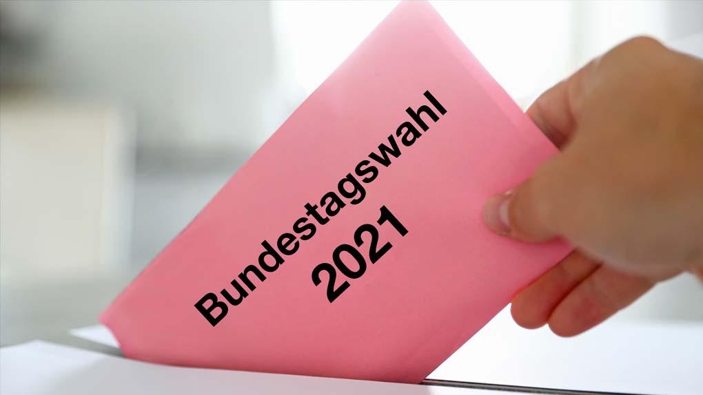 Bundestagswahl: Ein Wahlzettel wird eingeworfen