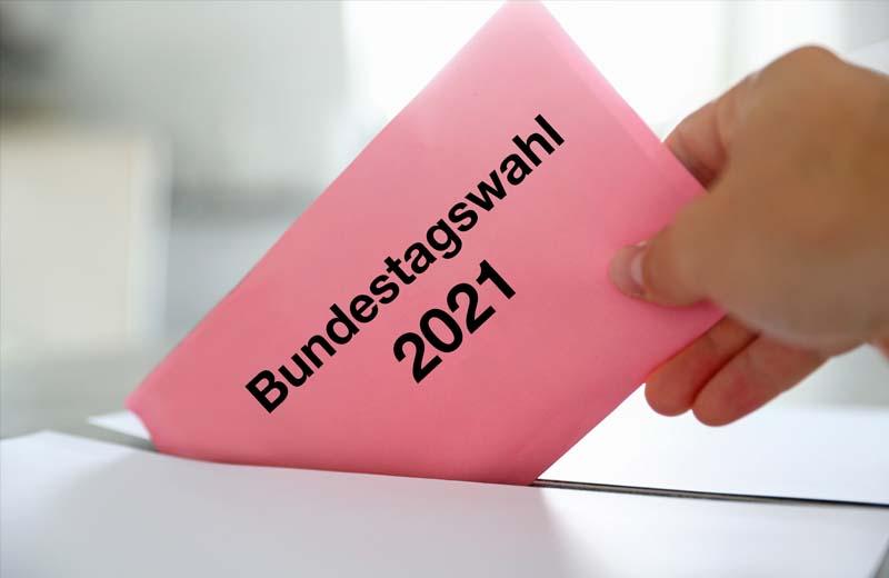 Bundestagswahl: Ein Wähler wirft einen Wahlzettel in die Urne