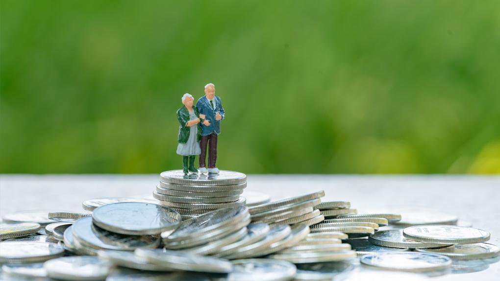 Ein Rentnerpaar steht auf einem Münzberg