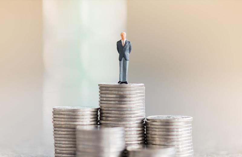 Ein Mann thront auf seinem Renten Vermögen