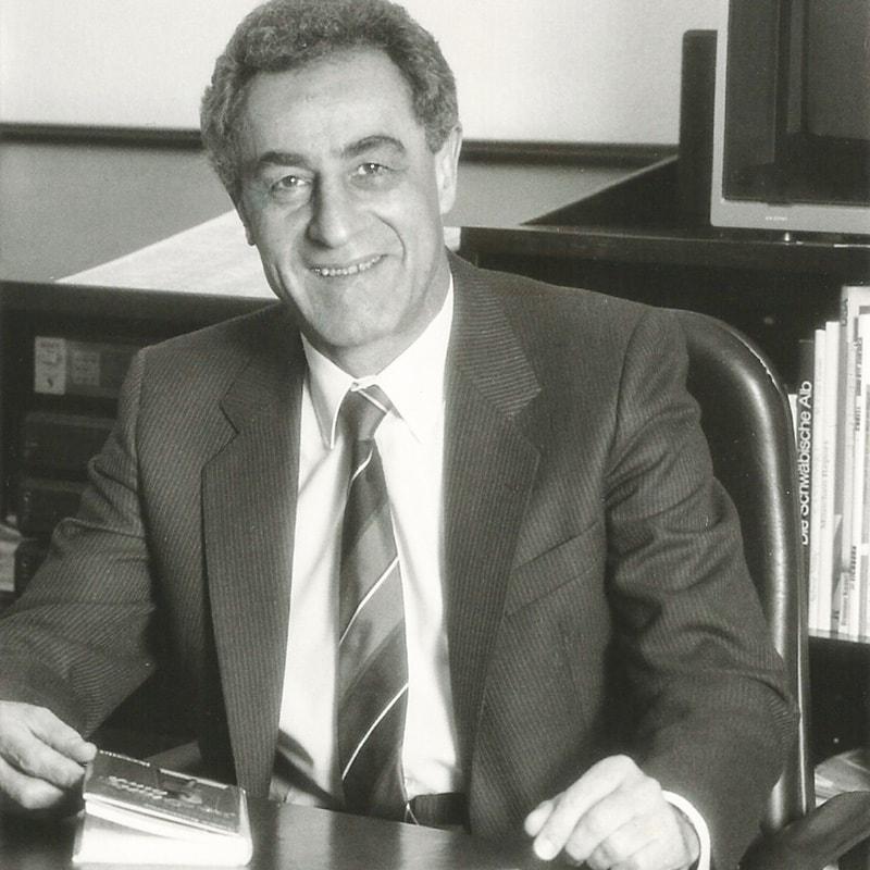 Gottfried Heller 1982 an seinem Schreibtisch im Münchner Büro