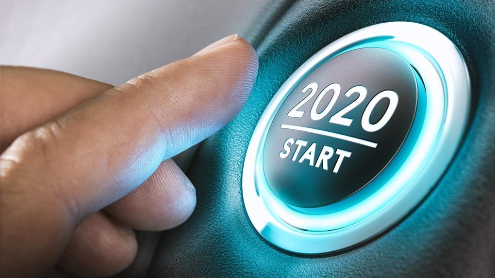 Ein Mann drückt den Startknopf für das Jahr 2020