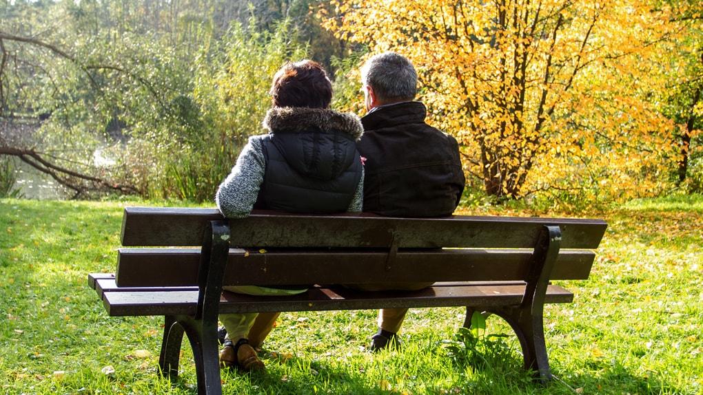 Rentnerpaar auf einer Parkbank