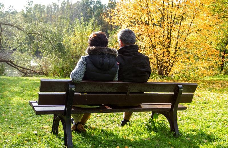 Rentner auf einer Bank im Park