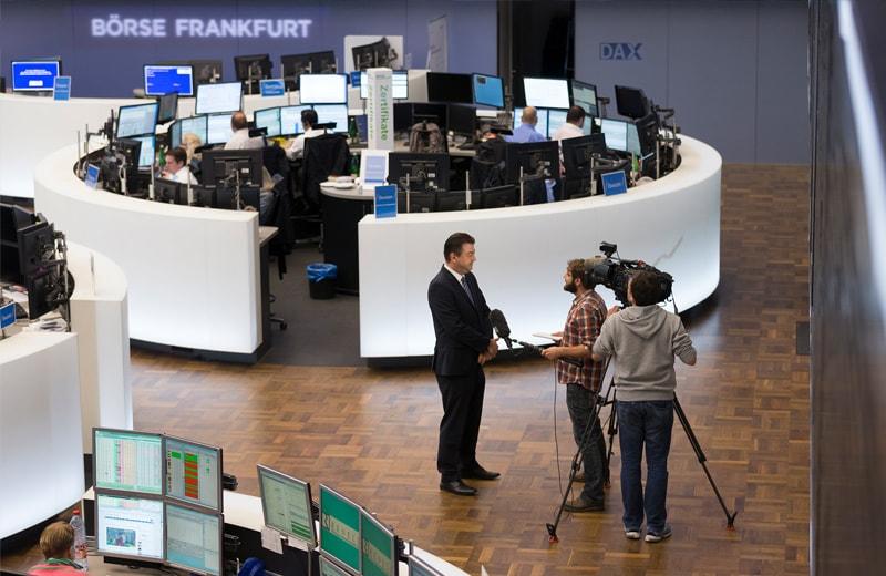 Journalisten auf dem Börsenparkett