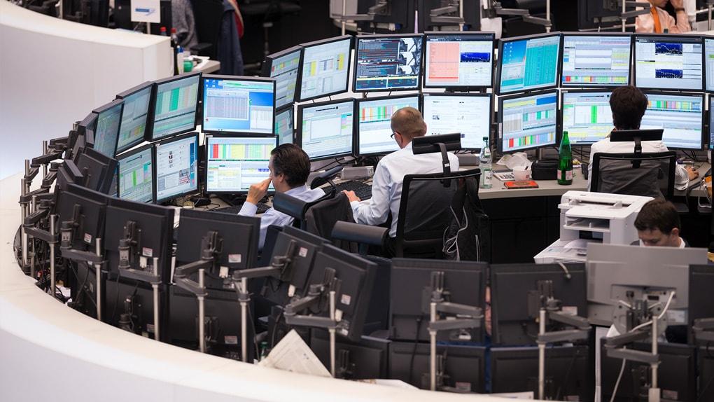 Aktienhändler der Börse Frankfurt vor ihren Bildschirmen