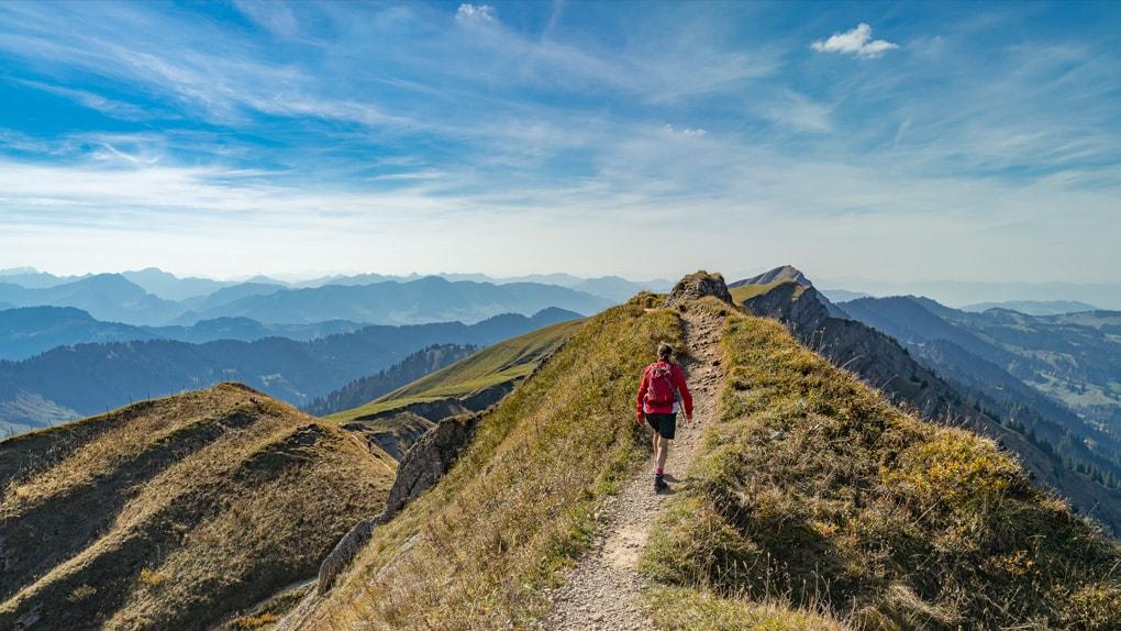 Ein Wanderer kurz vor dem Gipfel