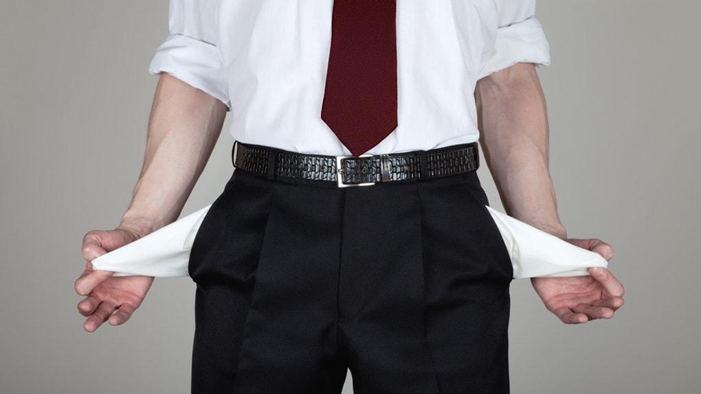 Anleger zeigt seine leeren Hosentaschen