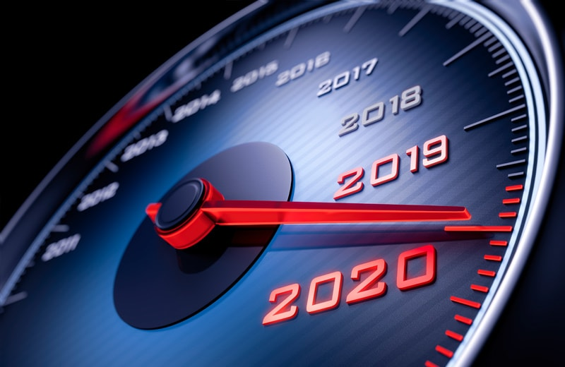 Ein Tachometer zeigt das Jahr 2020 an