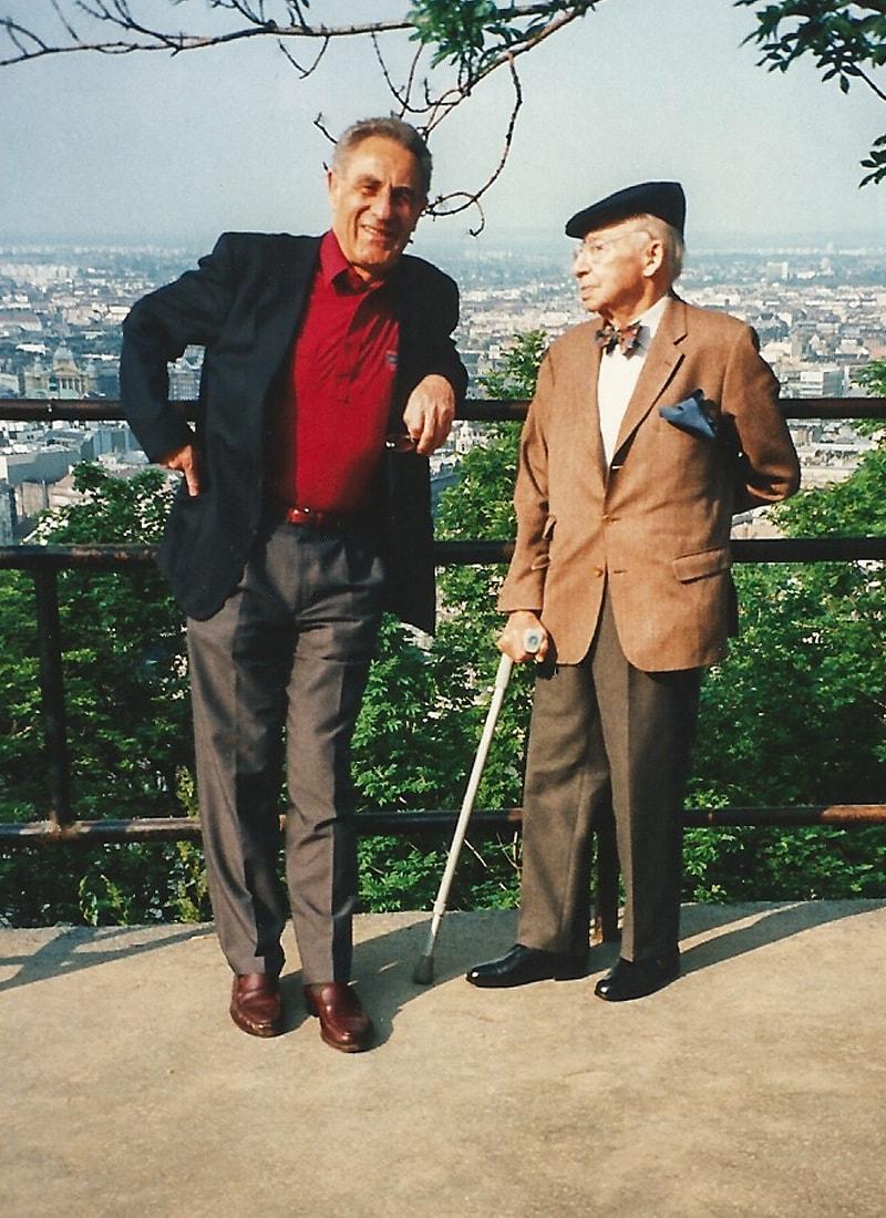 André Kostolany und Gottfried Heller vor dem Stadtpanorama von Budapest