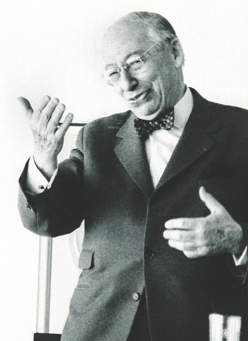 André Kostolany gestikuliert auf einem Börsenseminar