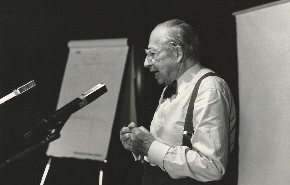 André Kostolany bei einem Vortrag