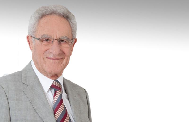 Gottfried Heller im grauen Anzug